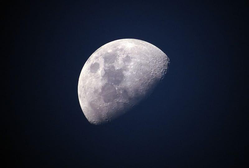 Con un telescopio recomendado para niños de 6 años podrán ver la Luna.
