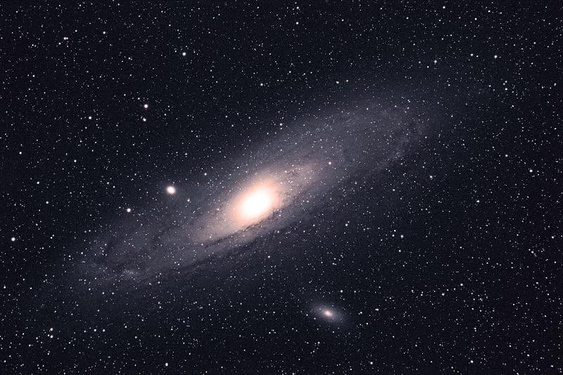 Los mejores telescopios para principiantes para ver objetos lejanos, como galaxias o nebulosas, tienen aperturas grandes.