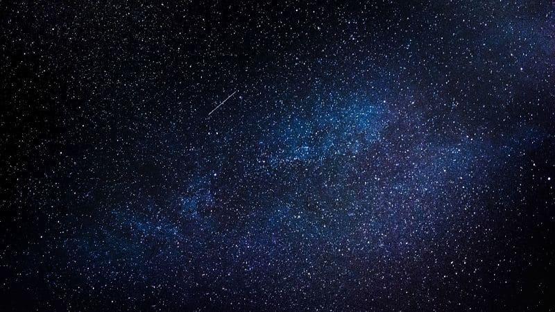 Con unos prismáticos astronómicos podrás explorar el cielo en busca de constelaciones.