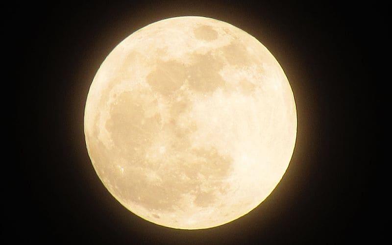 Los filtros lunares son la mejor opción para ver la Luna con un telescopio. Puedes elegir entre filtros polarizadores o filtros de densidad neutra.
