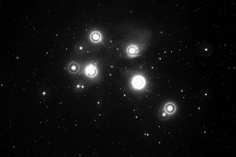 Las Pléyades es un cúmulo estelar fácilmente observable con un telescopio.
