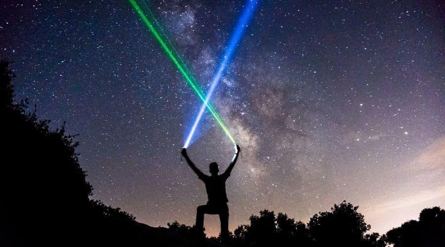 Es muy habitual usar un puntero laser para astronomía. Con un puntero laser astronómico podrás señalar estrellas con precisión. El más común es el puntero laser verde astronómico.