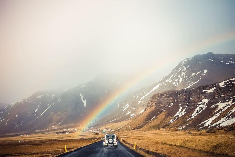 El arcoíris podemos ver los colores del espectro visible por el ojo humano, aunque hay más: el infrarrojo y el ultravioleta.
