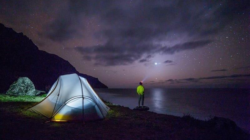 Mirando las estrellas con un dispositivo de visión nocturna.