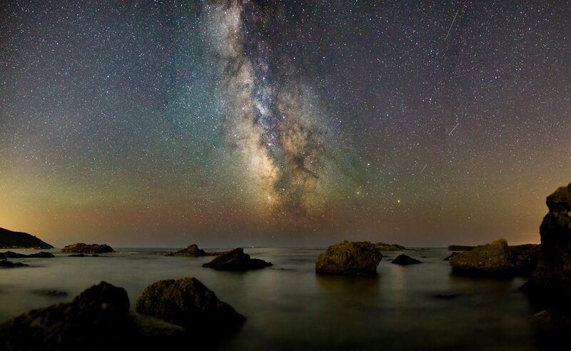 La astrofotografía de la Vía Láctea se puede hacer con cámaras réflex y con cámaras Evil.