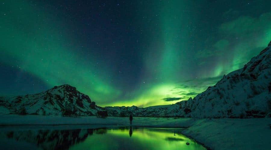 La aurora boreal se produce cerca de los polos de la Tierra.