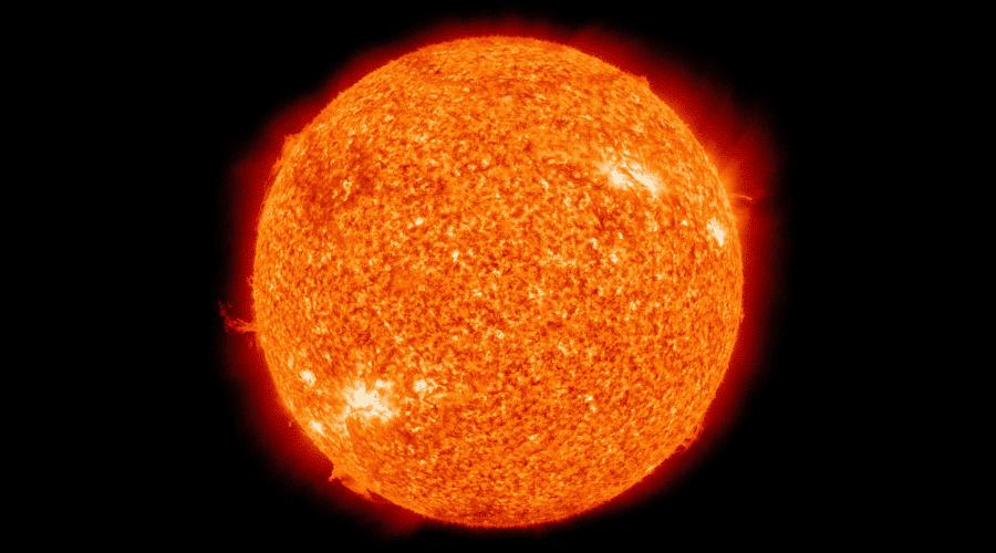 Con un buen telescopio solar podrás observarlo con seguridad y percibir detalles como la granulación.