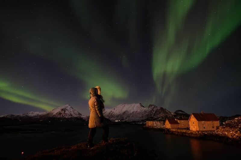 Para la fotografía de aurora boreal también puedes usar elementos como rocas o personas.