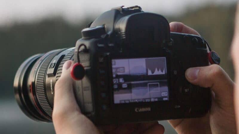 Al fotografiar la aurora boreal es recomendable revisar el histograma.