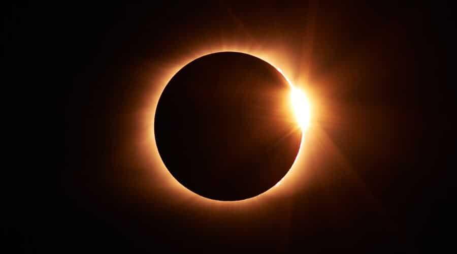 Durante un eclipse solar la Luna tapa la luz del Sol.