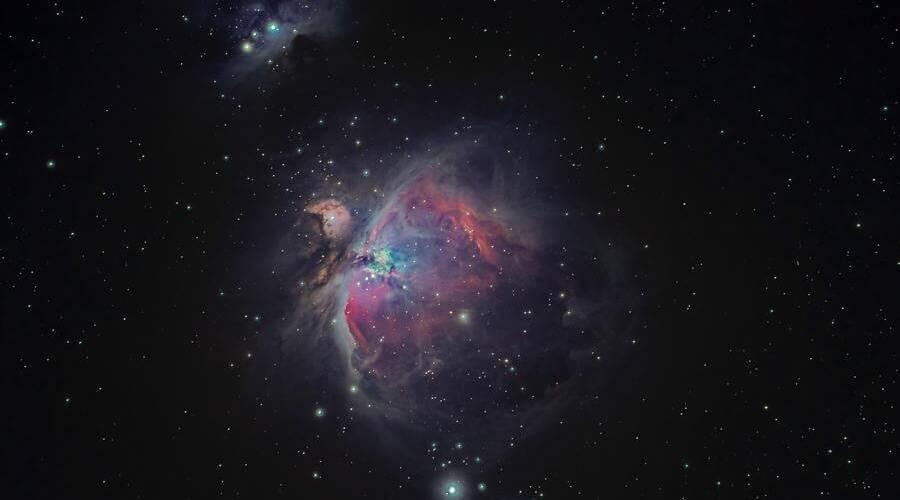 Con un telescopio reflector se pueden ver galaxias y nebulosas como esta.