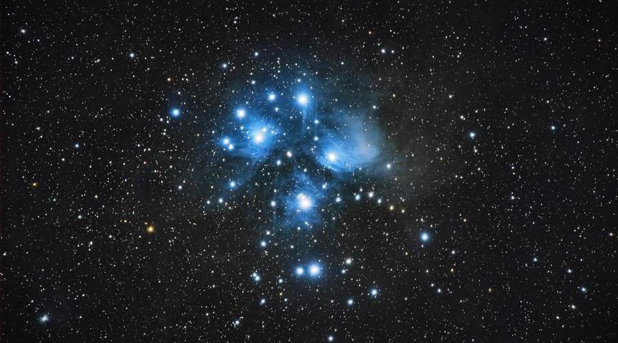 Las Pléyades es un cumulo estelar abierto formado por estrellas azules muy luminosas y fáciles de ver.